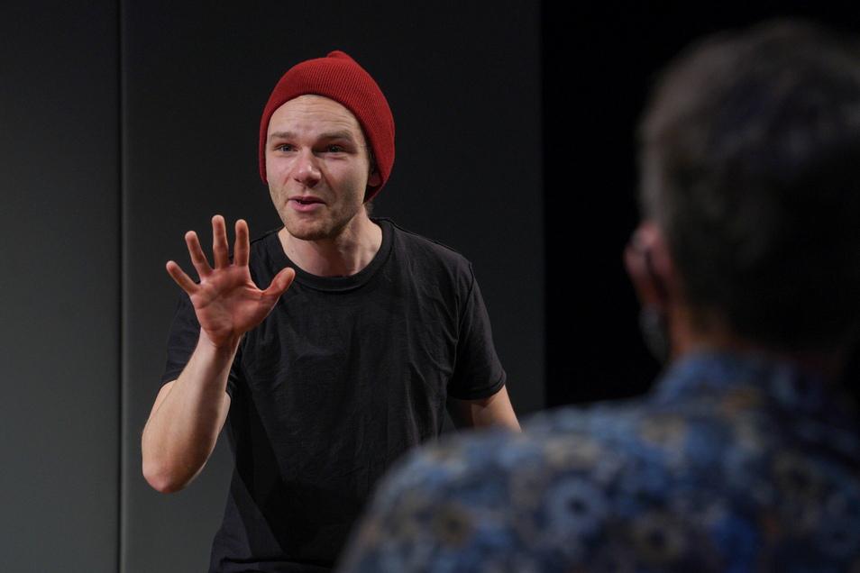 """Im Deutsch-Sorbisches Volkstheater Bautzen laufen die Proben für das Stück """"Deine Helden - Meine Träume"""". Schauspieler Julian Laybourne steht dabei ganz allein auf der Bühne."""