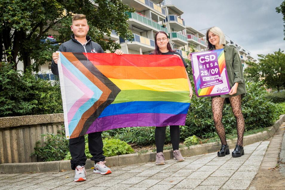 Christoph Giesler, Jette Meißner und Johanna Kirschke (v.l.n.r.) gehören zur Linksjugend-Basisgruppe Riesa, die den ersten Christopher Street Day in der Stadt organisiert.