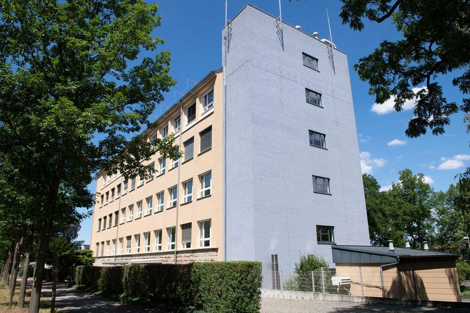 Noch arbeiten die rund 260 Mitarbeiter der Landesuntersuchungsanstalt für das Gesundheits- und Veterinärwesen (LUA) in Dresden. Doch wenn der Neubau nach Bischofswerda entsteht, müssten sie täglich zur Arbeit pendeln.