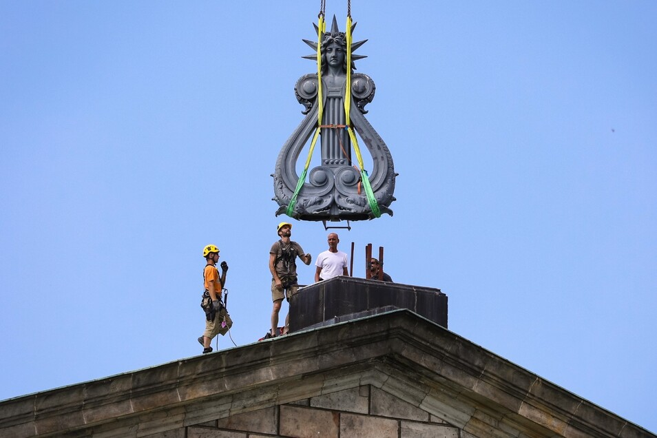 Ganz langsam und vorsichtig: Am Donnerstag begann der Sächsische Staatsbetrieb für Immobilien- und Baumanagement (SIB) damit, die Figuren vom Dach der Semperoper zu entfernen.