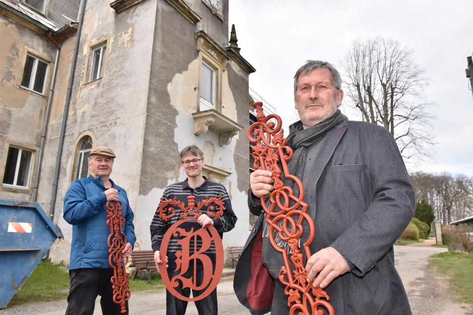 Gießereichef Andreas Mannschatz (v.r.), bringt die Gussteile, die sein Betrieb aufgearbeitet hatte, ins Schloss Naundorf. Dort nehmen sie Schlossherr Konstantin Hermann und Raimund Kunze vom Helferverein entgegen.