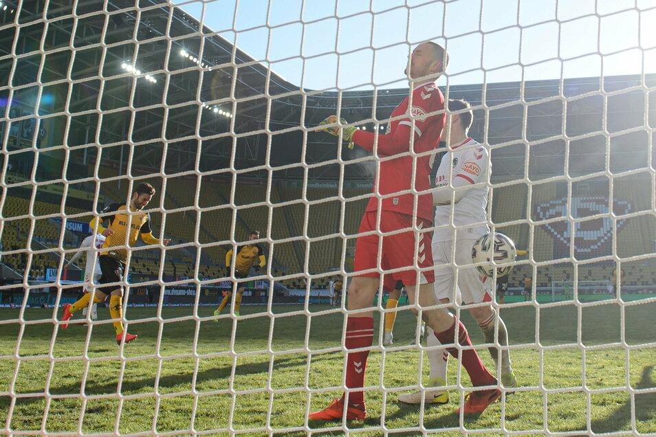 Was für ein Einstand nach seiner Rückkehr zu Dynamo: Niklas Kreuzer (l.) jubelt nach seinem Tor zum zwischenzeitlichen 3:0 für die Schwarz-Gelben beim Heimsieg gegen Lübeck. VfB-Torwart Lukas Raeder ärgert sich, könnte aber gegen den Schuss nichts ausrich