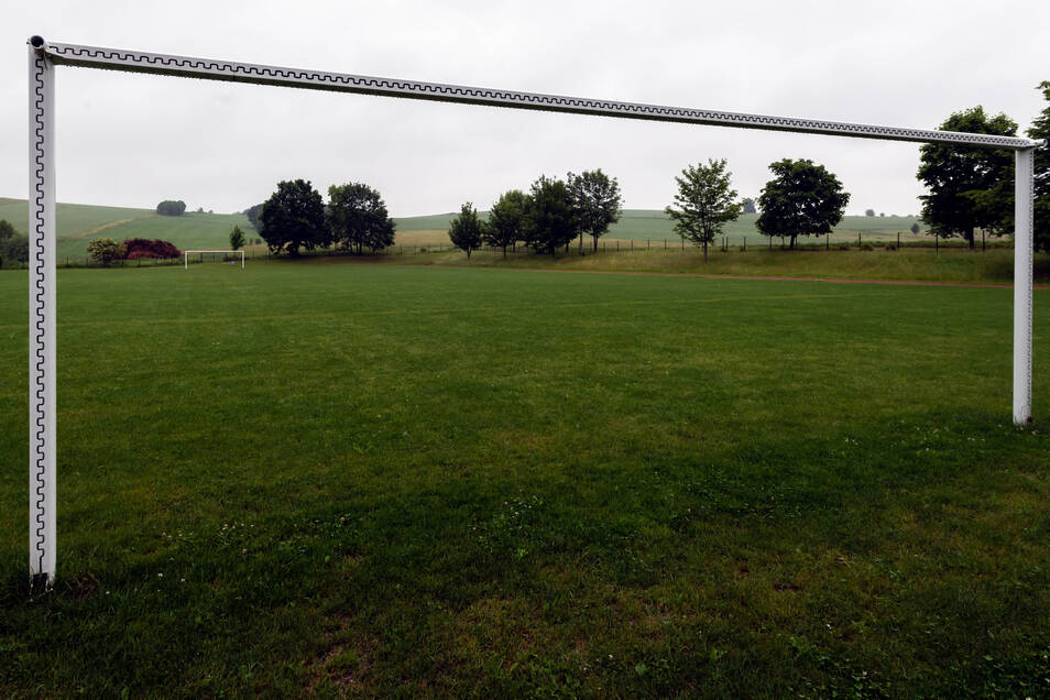 Ein ewiges Ärgernis: Der eigentlich sanierte Sport- und Fußballplatz in Langenwolmsdorf.