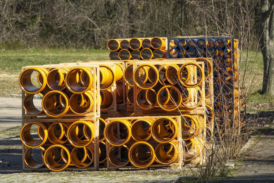 In die Röhre geschaut: Diese Rohrleitungen müssen in den Untergrund, bevor die Erschließungsstraße in Weida gebaut werden kann.