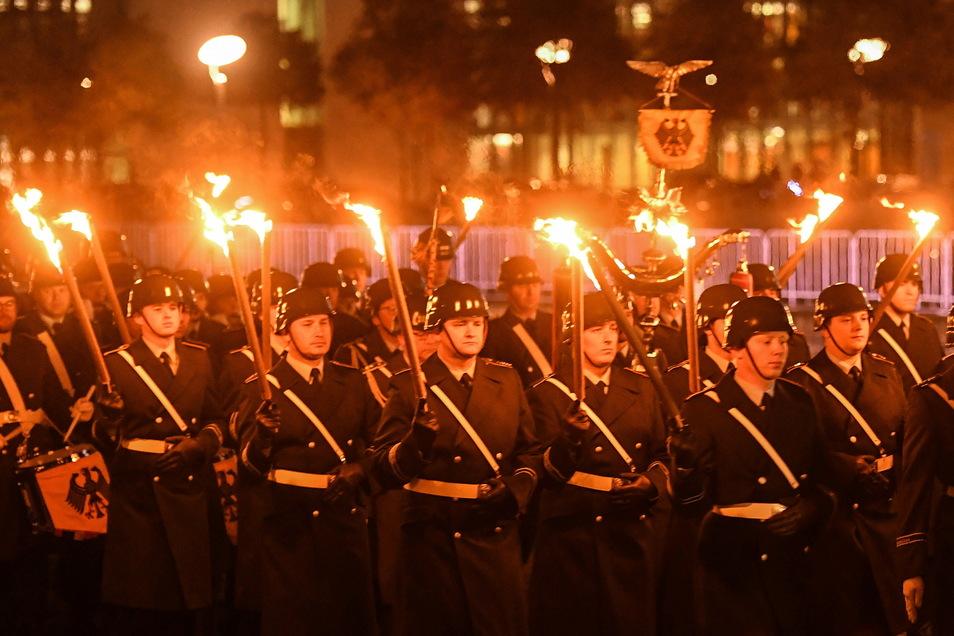 Soldaten nehmen an dem Großen Zapfenstreich in Berlin teil, um den Afghanistan-Einsatz der Bundeswehr zu würdigen.