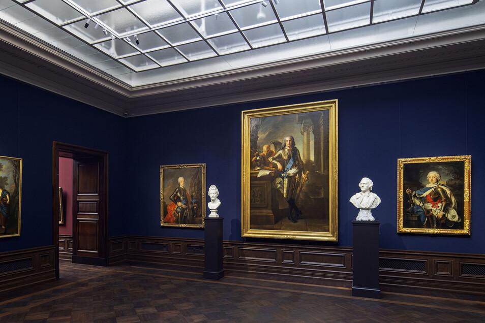 Die französische Malerei des 18. Jahrhunderts wird auf blauem Grund präsentiert. Skulpturen ermöglichen Vergleiche.