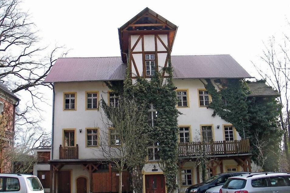 Die Turmvilla war im Januar 2019 ausgebrannt. Rund 1,5 Millionen Euro sind schätzungsweise nötig, um die Villa für den Hotelbetrieb wiederaufzubauen.