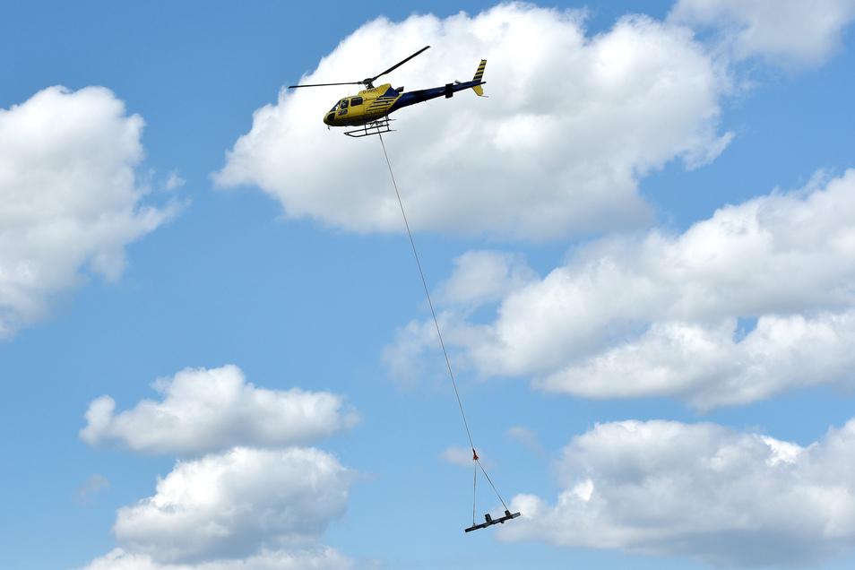 So sieht es aus, wenn die neue Aussichtsplattform Stück für Stück durch die Luft fliegt. 60 Tonnen Stahl werden auf diese Weise transportiert.
