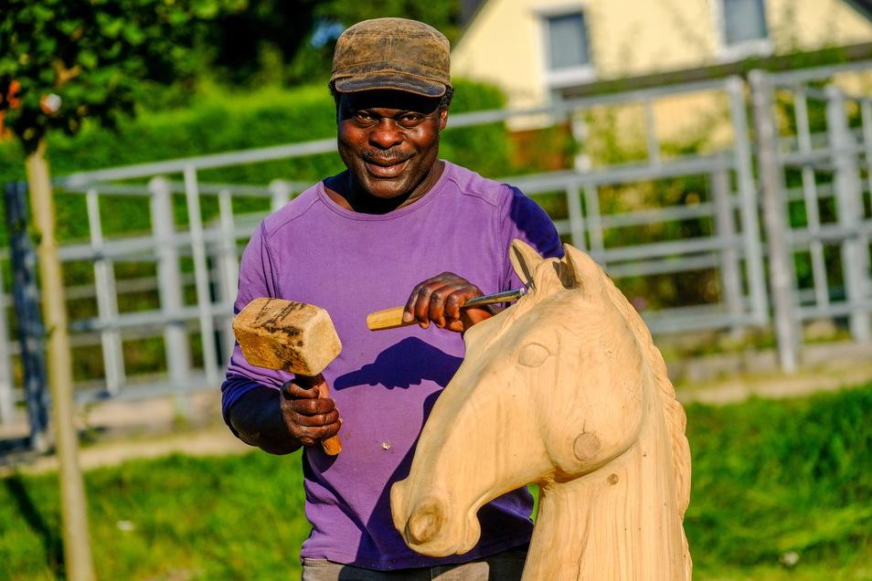 Boniface Ametepe: Der Künstler aus Togo hat eine schützende Hand unterm Pferdekopf im Eichenholz gestaltet.