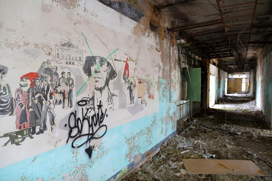 Sozialistische Kunst an der Wand im Inneren des Gebäudes. In den Gebäuden finden sich kaum noch Hinterlassenschaften wie Möbel oder ähnliches.