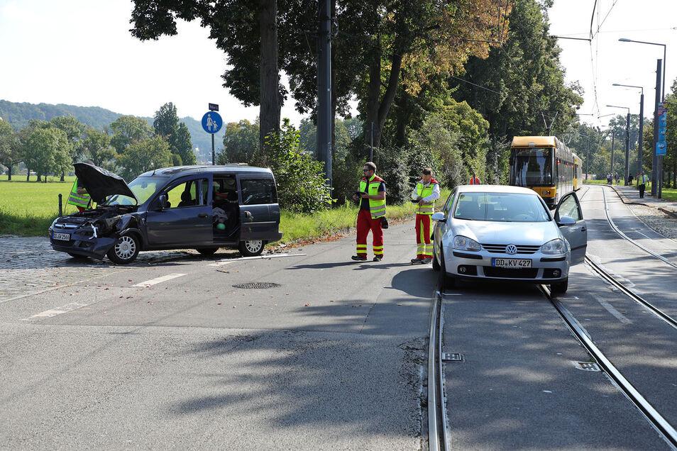 Ein Opel Combo und ein VW Golf sind in Dresden Striesen zusammengeprallt. Die Insassen wurden ins Krankenhaus eingeliefert.