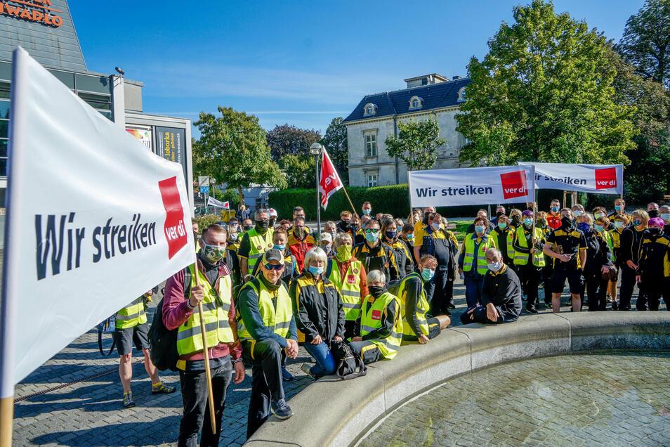 Mitarbeiterinnen und Mitarbeiter der Deutschen Post haben sich am Freitag zu einem mehrstündigen Warnstreik auf dem Theaterplatz in Bautzen versammelt.