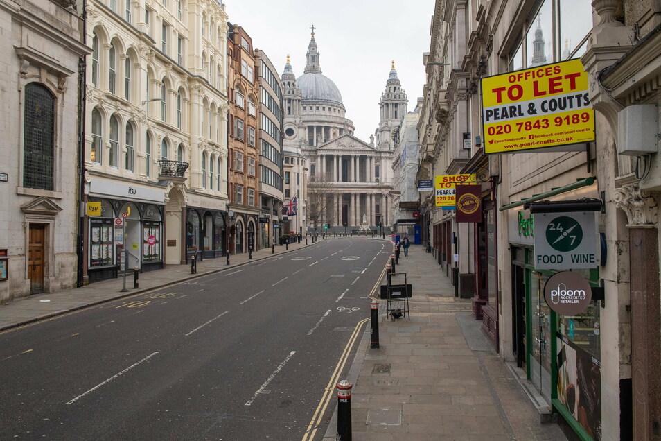 Großbritannien, London: Die Straße Ludgate Hill in der Nähe der St.-Pauls-Kathedrale ist menschenleer. Der britische Premierminister Johnson hat einen neuen landesweiten Lockdown für England angeordnet.