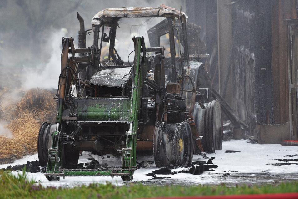Ausgebrannt steht er am Kuhstall - ein Schlepper. Ob er in Verbindung mit dem Ausbruch des Feuers steht, muss noch ermittelt werden.
