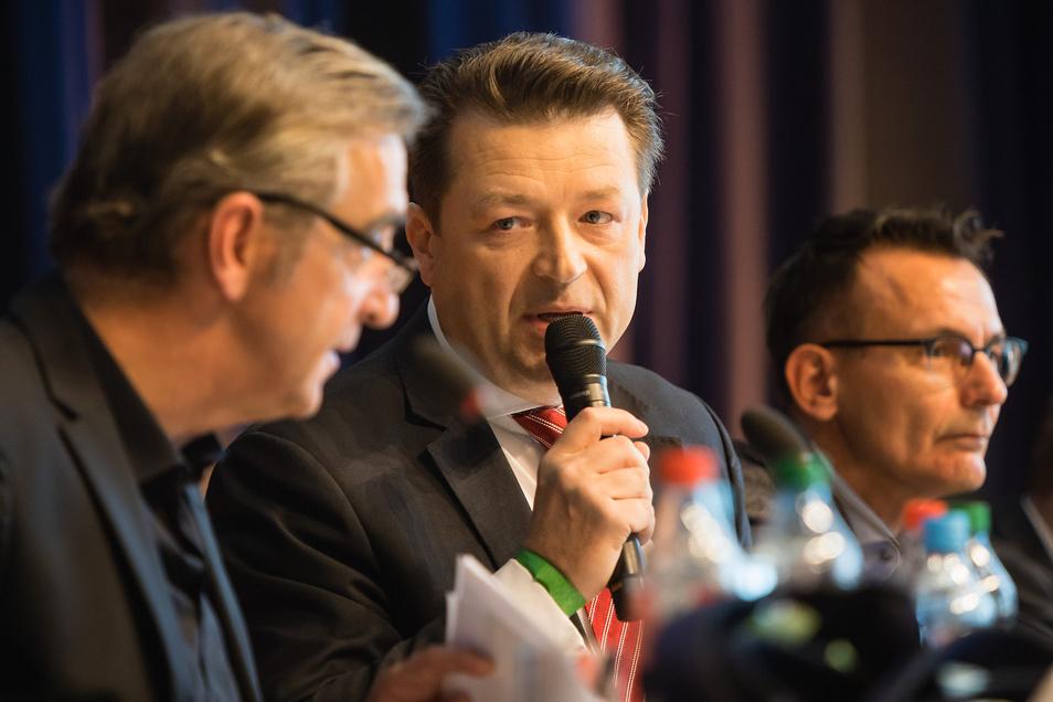 Versammlungsleiter ist Dynamos Präsident Holger Scholze. Links und rechts von ihm haben die Geschäftsführer Platz genommen.