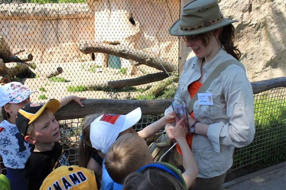 Scout Jenny zeigt den Kindern ein Suchbild.