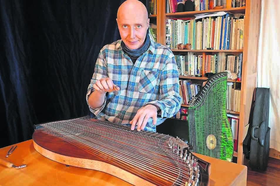 Michal Müller in seinem Heimstudio in Varnsdorf (Warnsdorf). Seine Zithern bezieht er aus der Manufaktur von Horst Wünsche in Markneukirchen.