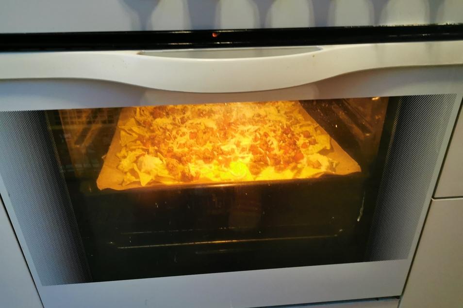 7. Schritt: Das Nacho-Blech bei 200 Grad Umluft in den Ofen schieben und etwa 10 min backen lassen bis der Käse zerläuft.