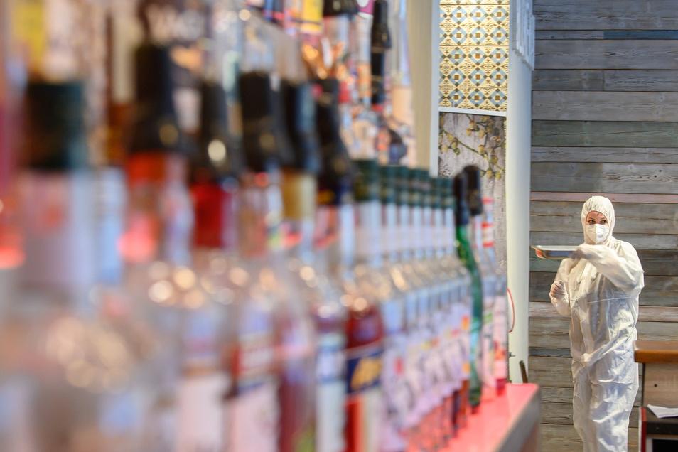 Eine Mitarbeiterin in der Corona-Teststation im Cafe Blumenau in der Dresdner Neustadt: Derzeit sind das Cafe und die Bar für ein Testcenter für sogenannte Point-of-Care-Antigen-Tests eingerichtet.