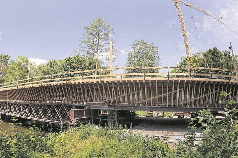 Der neue Weg über die Spree: Die Brücke der Westtangente ist 125Meter lang. Im Juni 2011 hatte ihr Bau gerade begonnen.