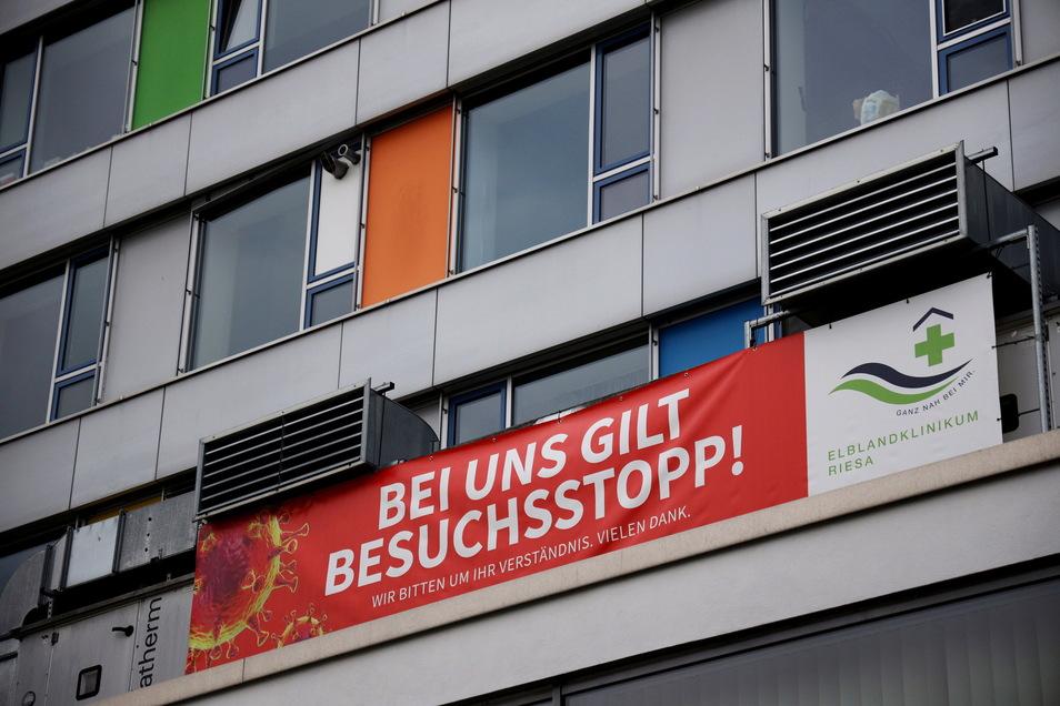 Wurde am Dienstag endlich wieder abgenommen: das Besuchsstopp-Transparent am Elblandklinikum in Riesa.
