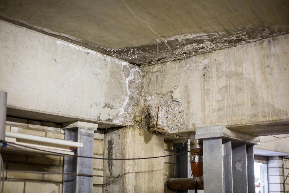 Der Beton bröselt und die Betonkostruktion des Parkdecks driftet auseinander. Dutzende Stahlträger müssen die Standfestigkeit sichern.