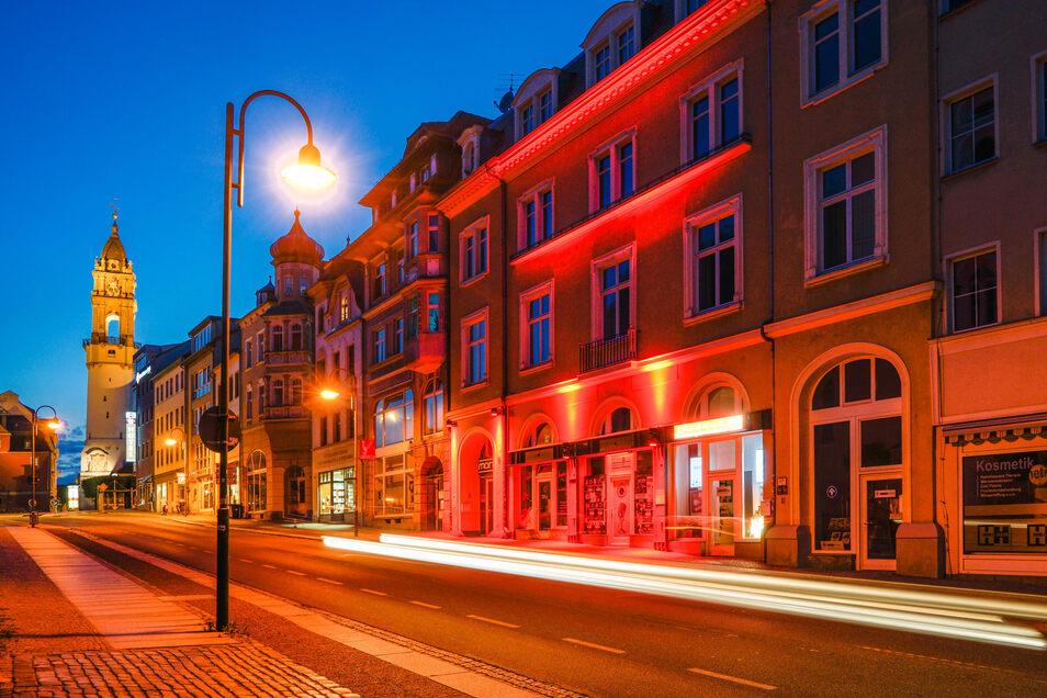Etwas vom Straßenlicht überstrahlt, aber dennoch zu erkennen: die Fassade des Tanzclub Mono an der Steinstraße in Bautzen in rotem Licht.
