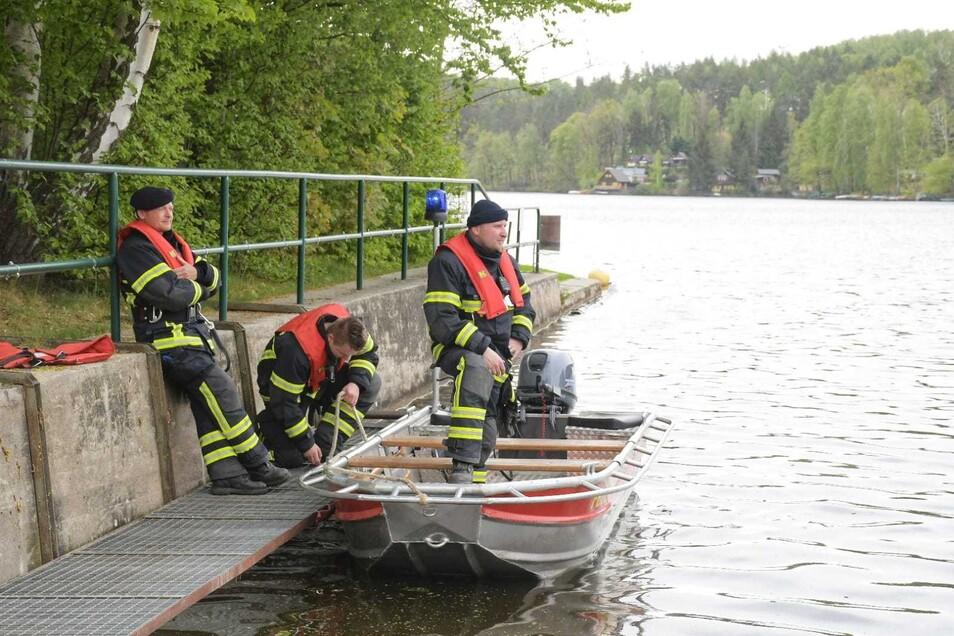 Die Kameraden der Feuerwehr begutachteten den Schaden auf dem Gewässer.