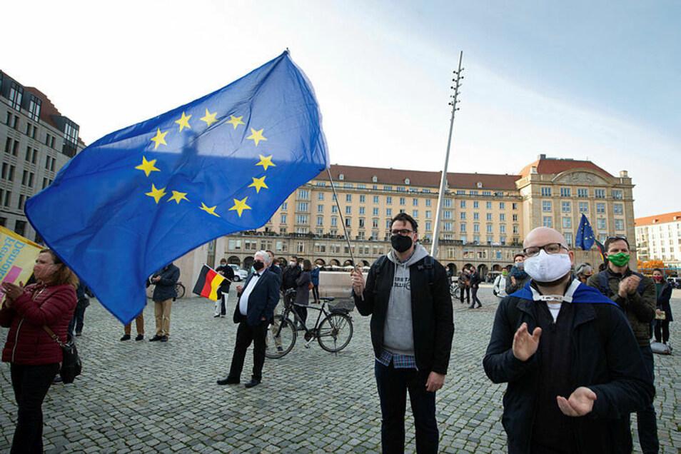 Demonstranten mit Europaflagge und Deutschland-Fahne auf dem Dresdner Altmarkt.