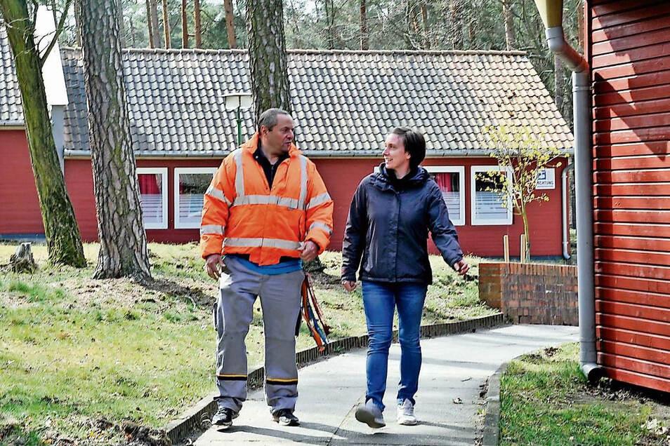 Hausmeister Maik Krämer und Elke Kittan laufen durch das Kiez-Gelände. Die junge Frau führt nach der Beendigung der Geschäftsführertätigkeit durch Marcel Proske derzeit die Kiez-Geschäfte.