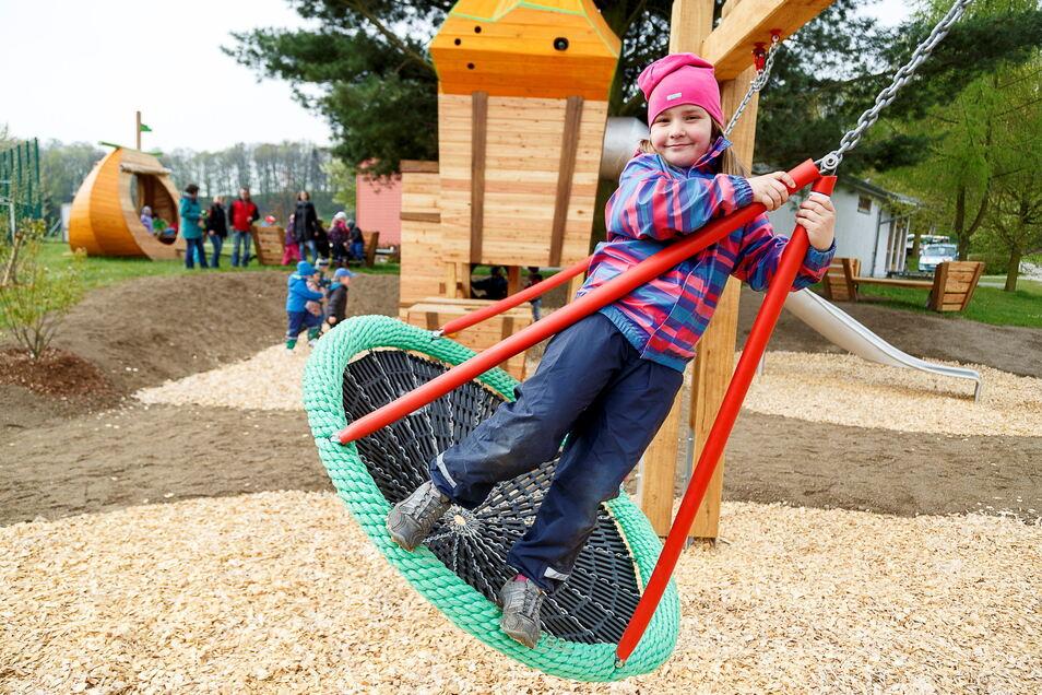 Einer der neueren Spielplätze: Der Kürbisspielplatz in Ober Neundorf, den nach seiner Einweihung im April 2017 die Kinder der Kita Storchennest aus Ludwigsdorf als erste in Beschlag nahmen. Er ist aber auch bei Familien aus der Stadt beliebt, die extra hierher zum Spielen fahren.