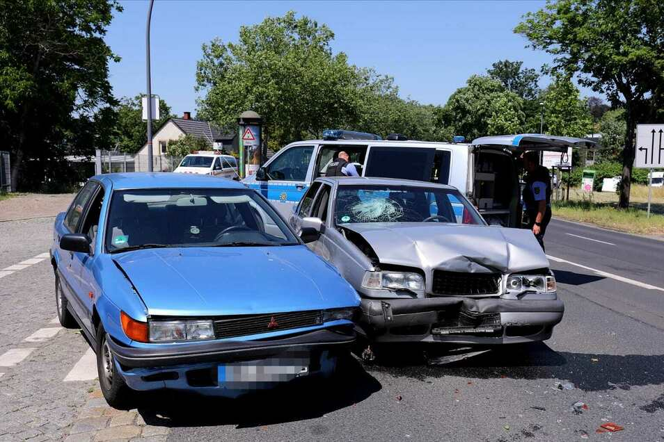 Bei dem Zusammenstoß sind beide Autos immens beschädigt worden.
