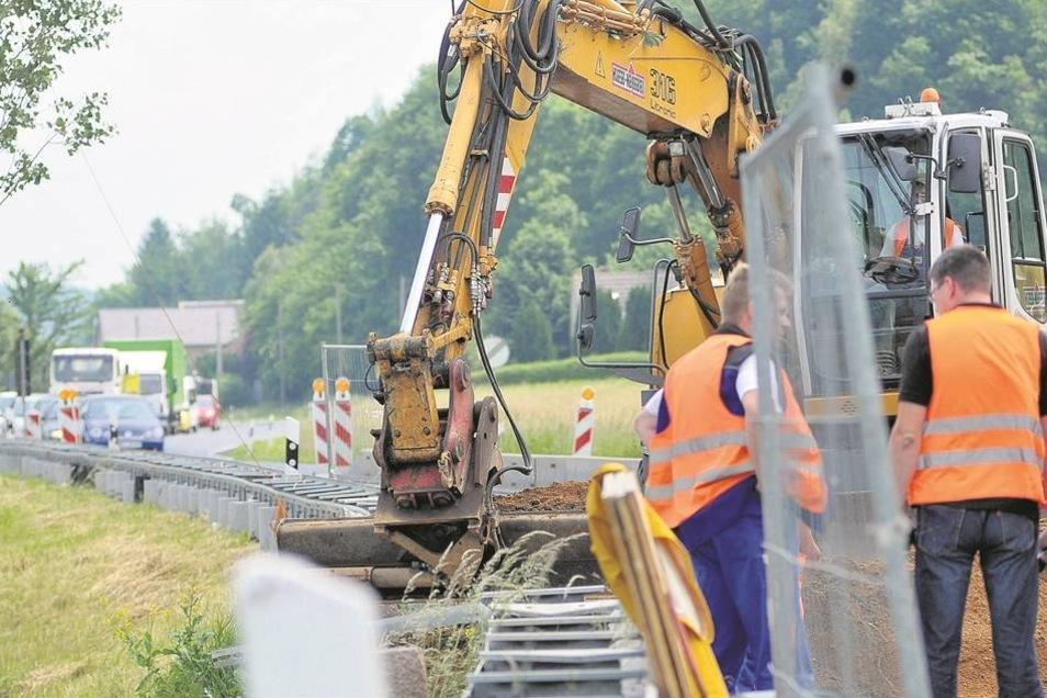 Belastend: Die Bauarbeiten auf der B6 bei Zehren sind anstrengend für die Bauleute – und eine Geduldsprobe für Autofahrer. Foto: Claudia Hübschmann