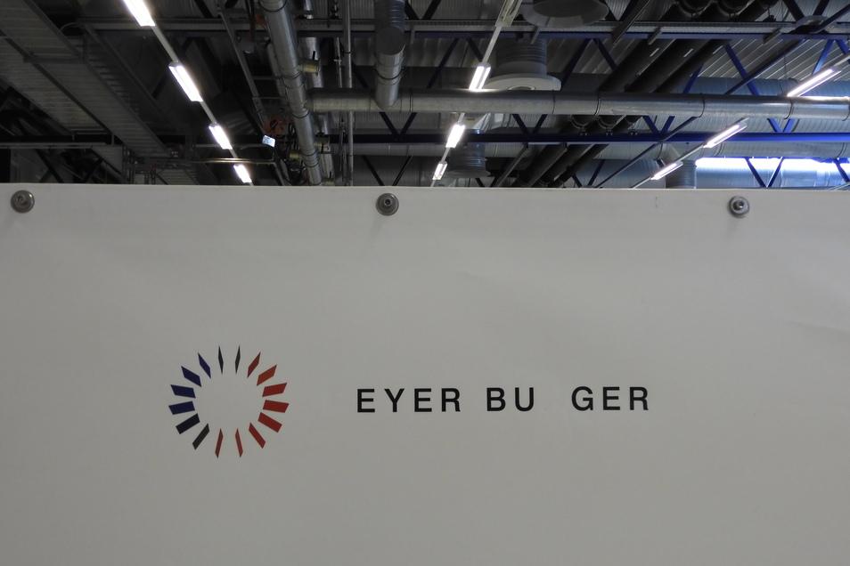Das bisherige Logo von Meyer-Burger hat im Werk Freiberg hier und da schon etwas gelitten.