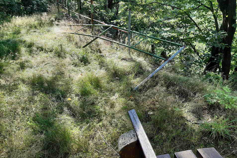 Auf dem Majoranberg führt ein Wanderweg entlang. Das Geländer ist jedoch beschädigt.