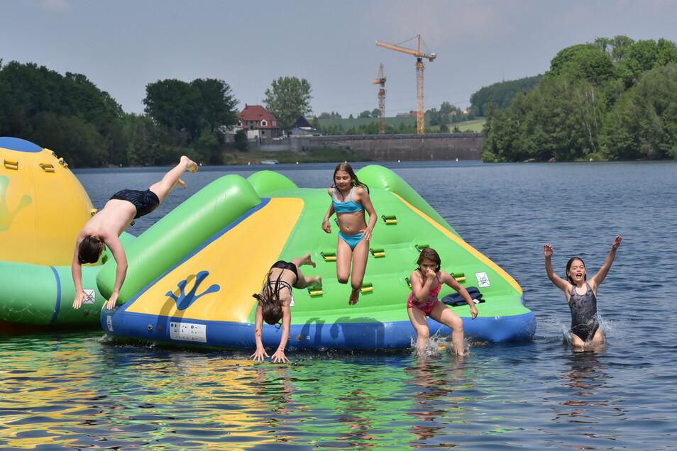 Endlich Sommer: Zwar hat die Malter gerade einmal 18 Grad Wassertemperatur, aber die ersten Badegäste sind da.