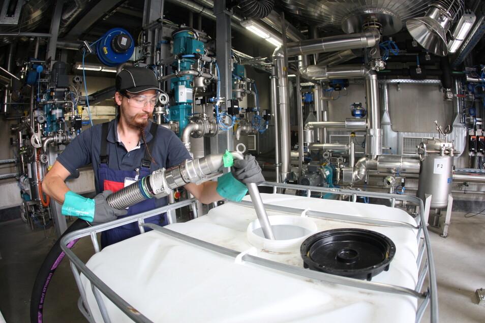 Sommer 2019: Anlagenfahrer und Chemikant David Adolph nimmt bei Schill & Seilacher die neue Anlage P 1 in Betrieb.