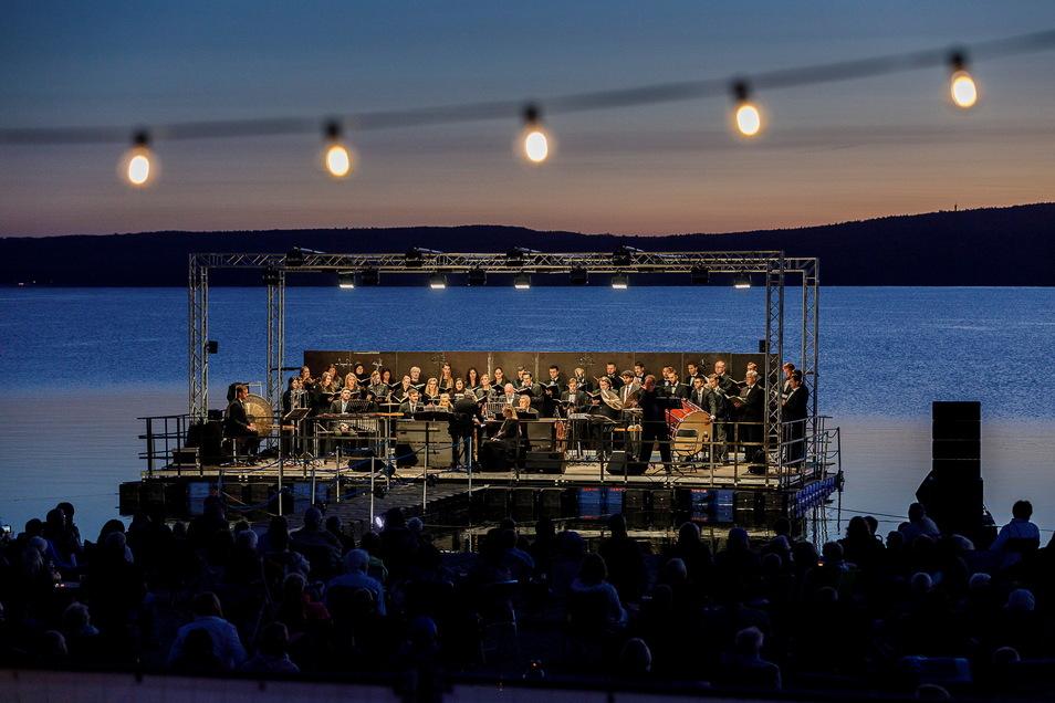 """Voriges Jahr führte der Chor der Europa-Chor-Akademie """"Carmina Burana"""" auf einer schwimmenden Bühne am Nordoststrand des Berzdorfer Sees auf. Diesmal wird es Beethoven."""