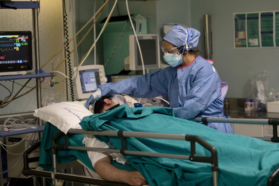 Eine Krankenschwester betreut einen Patienten auf der Notfallstation des Krankenhauses San Carlo in Milan.