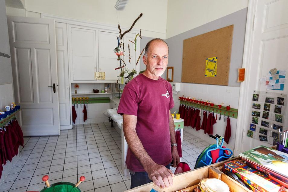 Ulrich Warnatsch steht im Waschraum der Kita Samenkorn im Haus Wartburg. Die Kita muss umgebaut werden, weil sie den heutigen Standards nicht mehr entspricht.