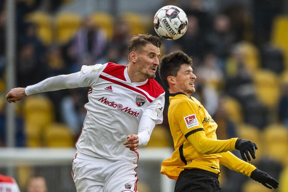 Bereits in der Saison 2018/19 traf Kutschke mit seinem jetzigen Klub auf seinen Heimatverein: Am 25. November 2018 ist er in diesem Kopfballduell vor Jannis Nikolaou (r./jetzt Braunschweig) am Ball. Ingolstadt gewann mit 2:0, stieg am Ende aber trotzdem ab.