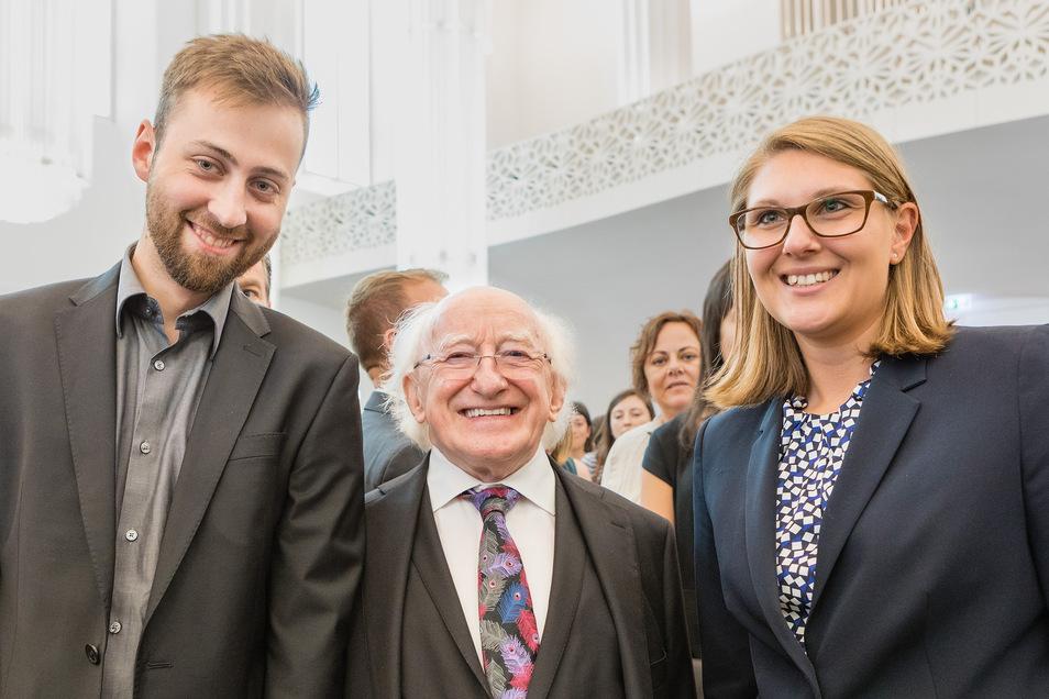 Die Leipziger Studenten Elisa Rost (rechts) und Martin Pfingstl treffen den irischen Präsidenten Michael D. Higgins.