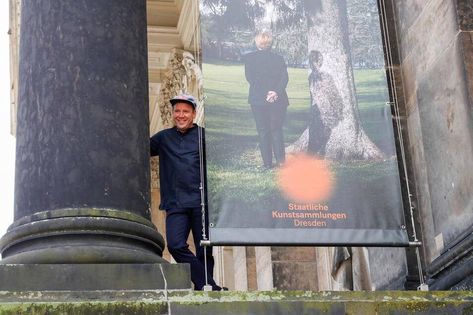 """Andreas Mühe am Dresdner Lipsiusbau, wo seine Ausstellung """"Alles was noch nicht gewesen ist, ist Zukunft, wenn es nicht gerade jetzt ist"""" zu sehen ist."""