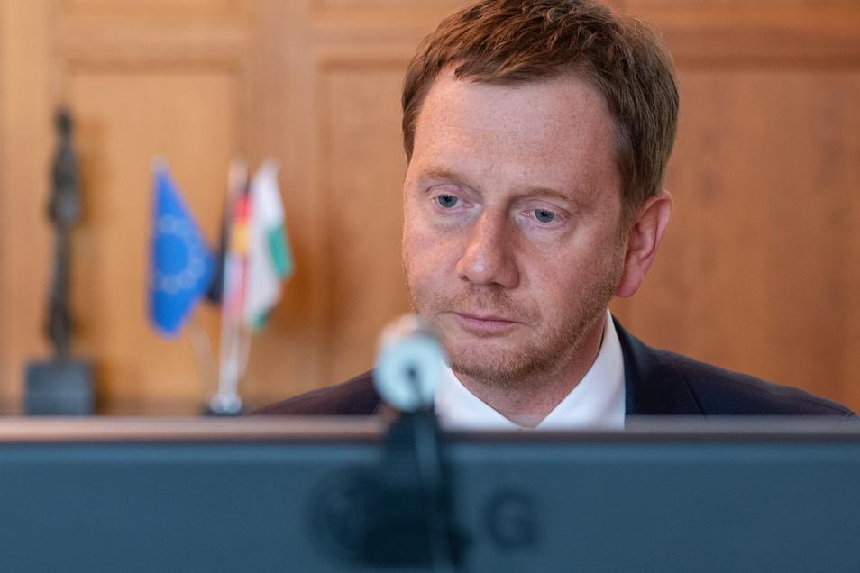 Sachsens Ministerpräsident Michael Kretschmer (CDU) sitzt in einem Büro in der Staatskanzlei vor einem Computerbildschirm. Auch er ist oft online.