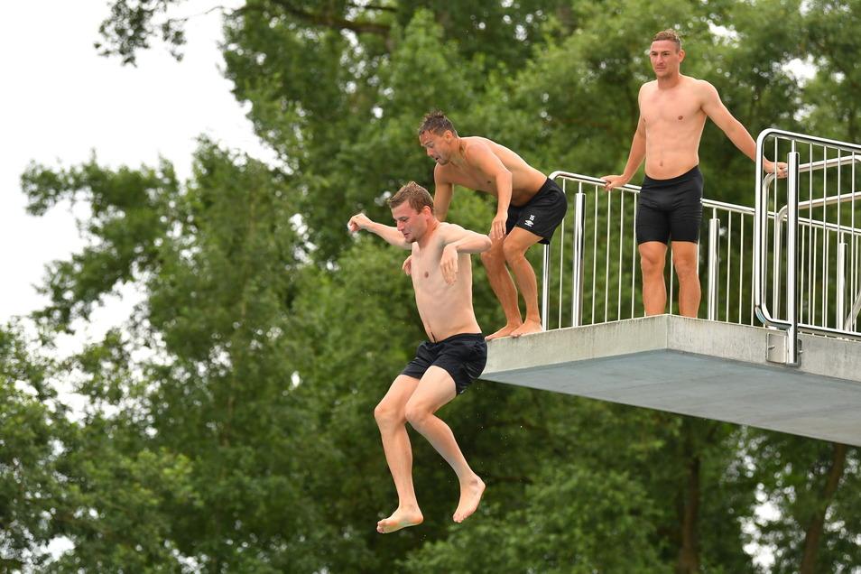 Auch Christoph Daferner wagt den Sprung vom Fünf-Meter-Turm während Chris Löwe und Kevin Broll zuschauen.