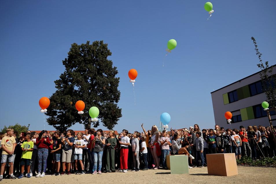 Hunderte Schüler feierten am Mittwoch die Neueröffnung der Oberschule Am Merzdorfer Park, an der zwei Jahre lang gebaut wurde.