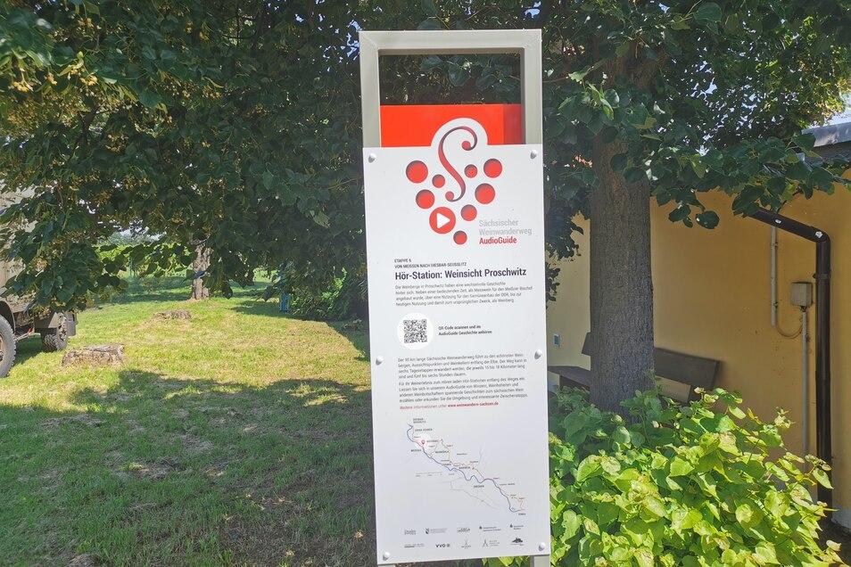 """Informationstafel des Audioguide für den Sächsischen Weinwanderweg an der """"Weinsicht Schloss Proschwitz""""."""