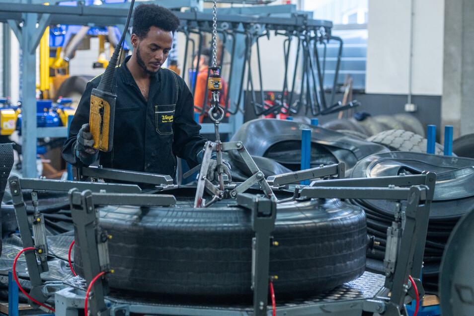 Sein Job ist anstrengende körperliche Arbeit: Mohammed Mahmud lernt Mechaniker für Reifen- und Vulkanisationstechnik.
