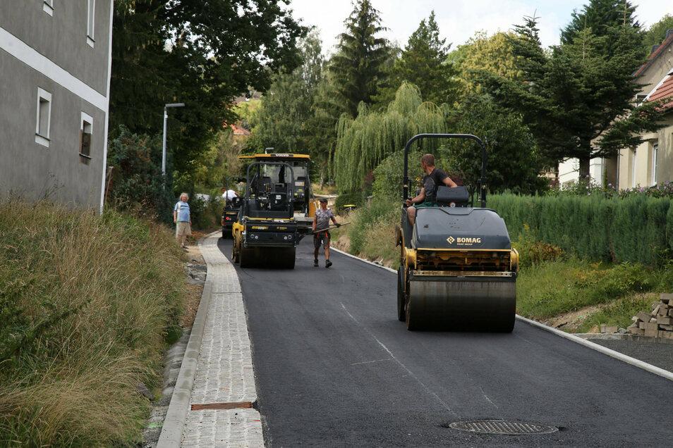 In Buschbach wird die Straße asphaltiert.