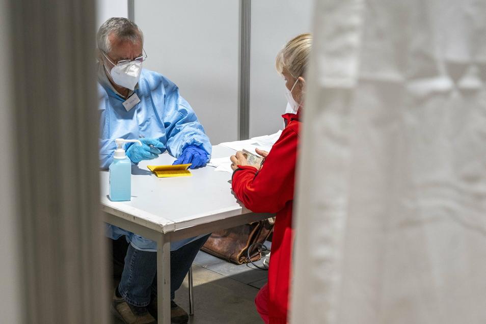 Aufklärung vorm Impfen: Dr. Jürgen Straube (l.) gehörte am Montag zu den Ärzten, die im Impfzentrum in der Arena arbeiteten. Der Kardiologe ist eigentlich schon im Ruhestand.